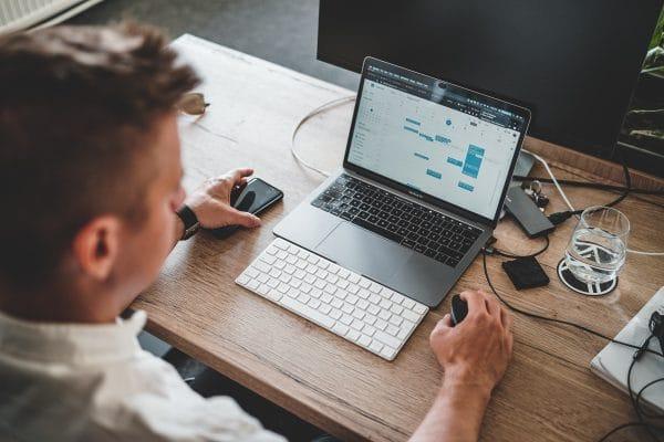 Chef de projet informatique travaillant sur son ordinateur