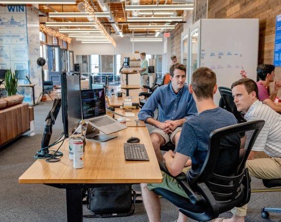 travail d'équipe dans un open space