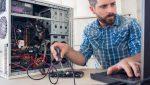 Technicien en support informatique qui répare un ordinateur