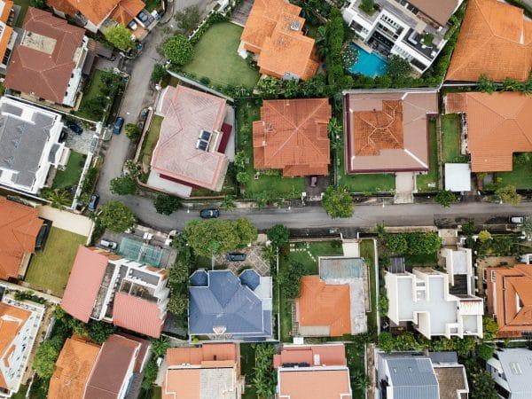 Agent immobilier propose le plan de masse des maisons à vendre