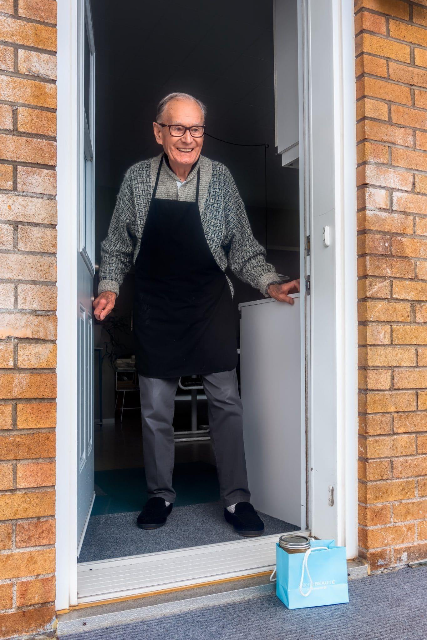 auxiliaire de vie aide une personne âgée