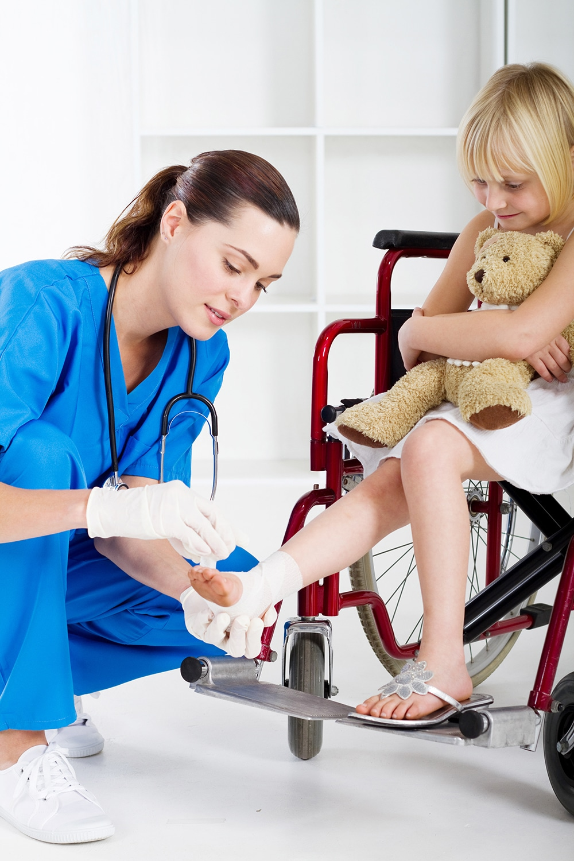une soignante soigne un enfant pendant un test de recrutement