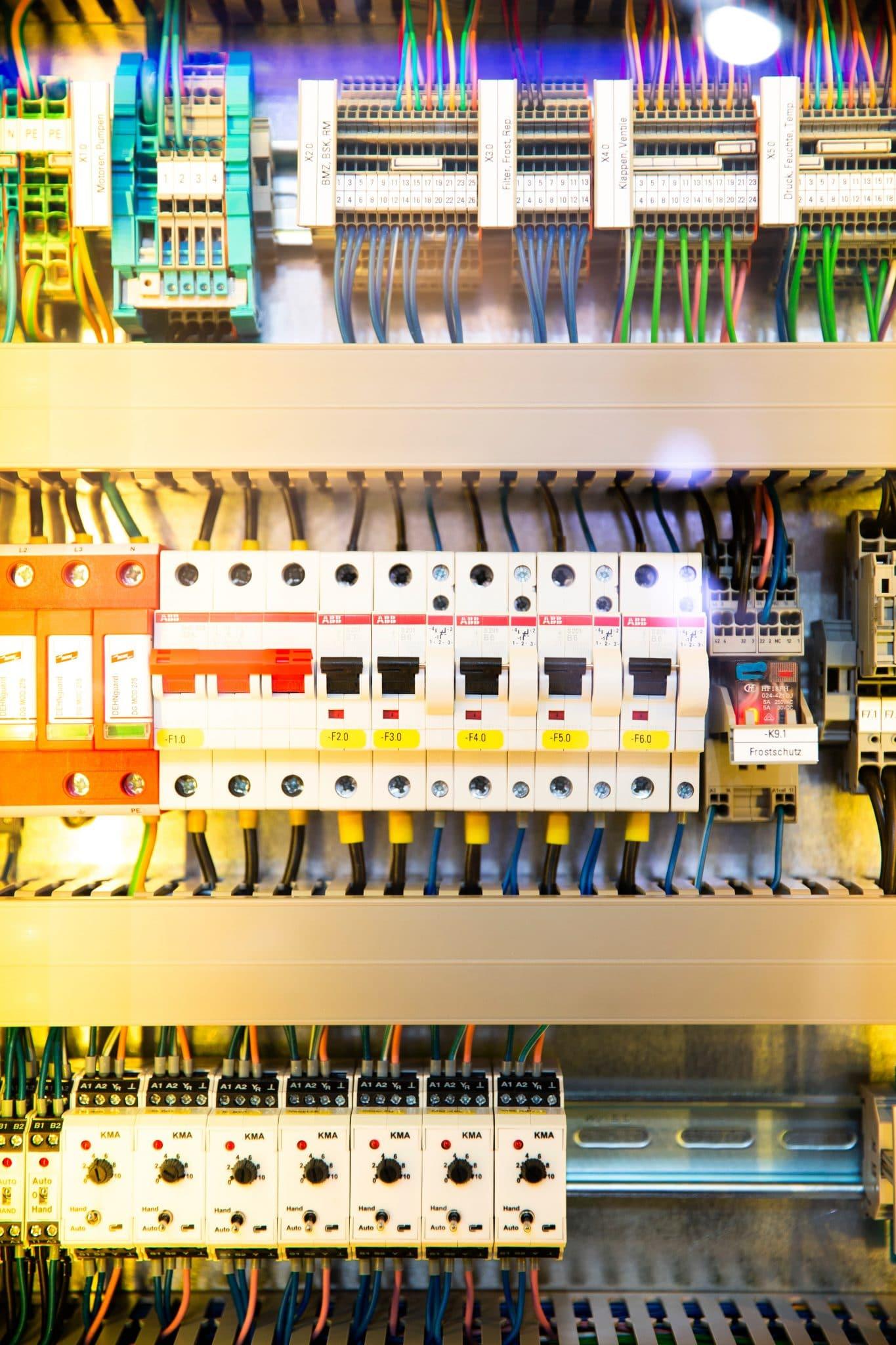 Electricien a cable en entretien d'embauche un tableau électrique