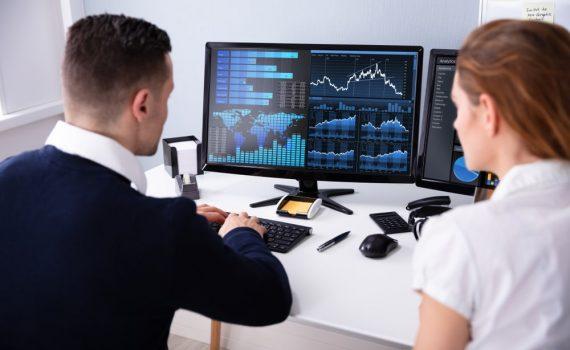 analyse des graphiques par un analyste financier