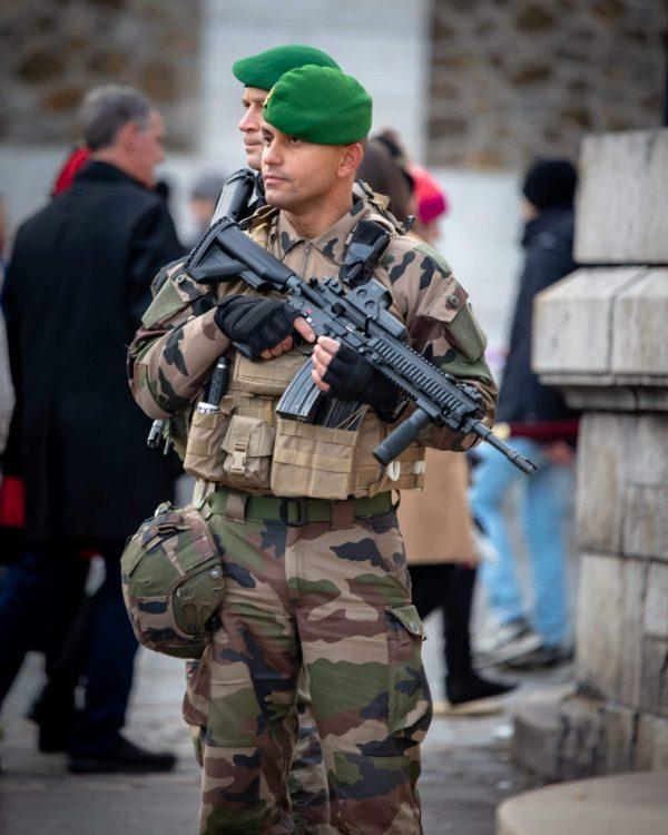 militaire français portant un fusil